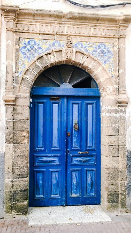 Noble dunkelblaue marokkanische Tür umgeben mit Stein, Essaouira, stockfotos