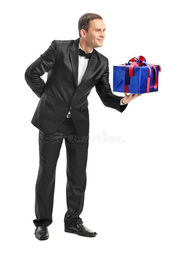 Nobler Kerl, der jemand ein Geschenk gibt stockfotografie