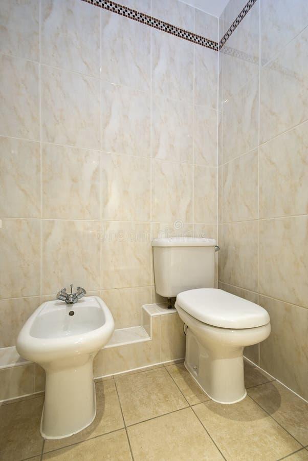 Nobles Badezimmerdetail mit Toilette und Bidet lizenzfreie stockfotografie