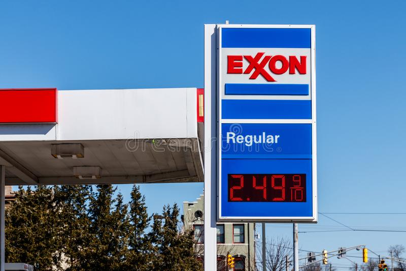 Noblesville - circa marzo de 2018: Exxon Retail Gas Location ExxonMobil es el ` s Largest Oil and Gas Company del mundo II fotografía de archivo