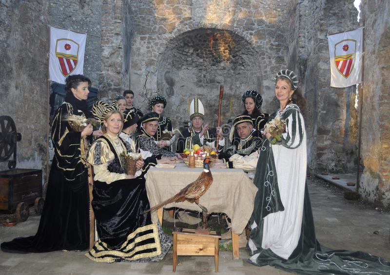 Nobres no banquete medieval imagens de stock