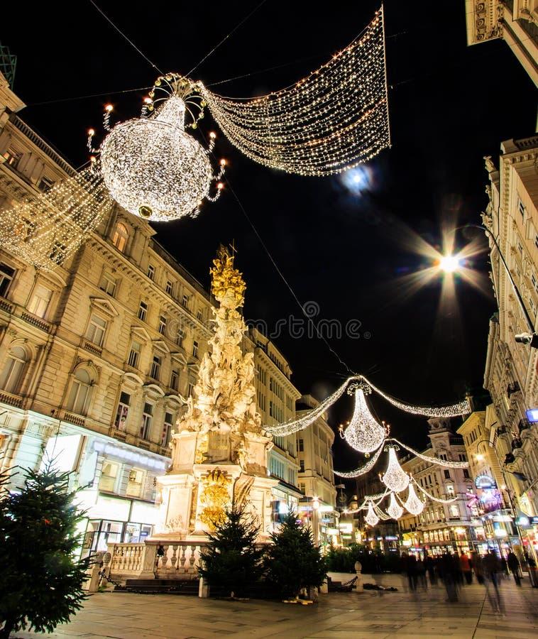 Noc Atmosferyczny widok, ruch Zamazywał Graben, Ruchliwie Zatłoczona Wiedeń ` s zakupy ulica z pomnik dżumy kolumną Pestsaule zdjęcia stock
