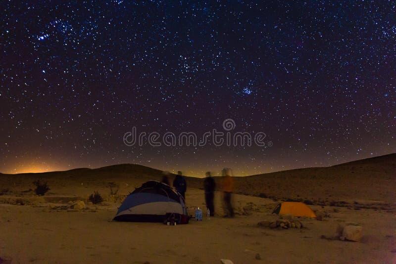 Noc campingowych namiotów ludzie opowiadają, nocy gwiazd niebo zdjęcia stock