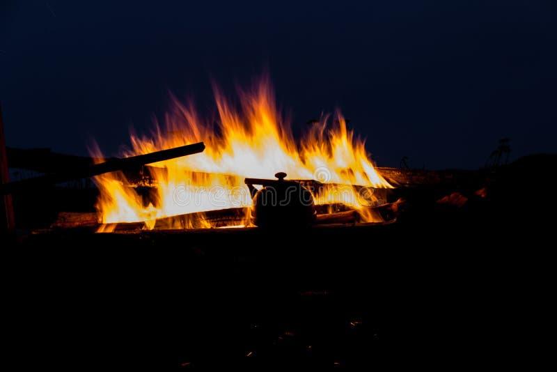 Noc czajnik i ogień obraz stock