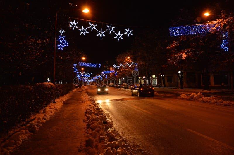 Noc dekorująca ulica z światłami na bożych narodzeń i nowego roku wakacjach obraz stock