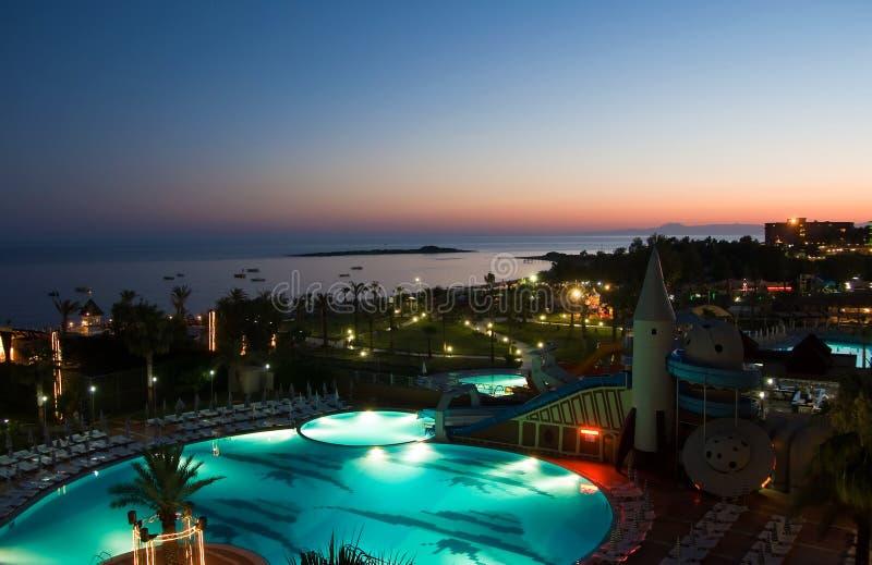 Noc hotelowy basen zdjęcia royalty free