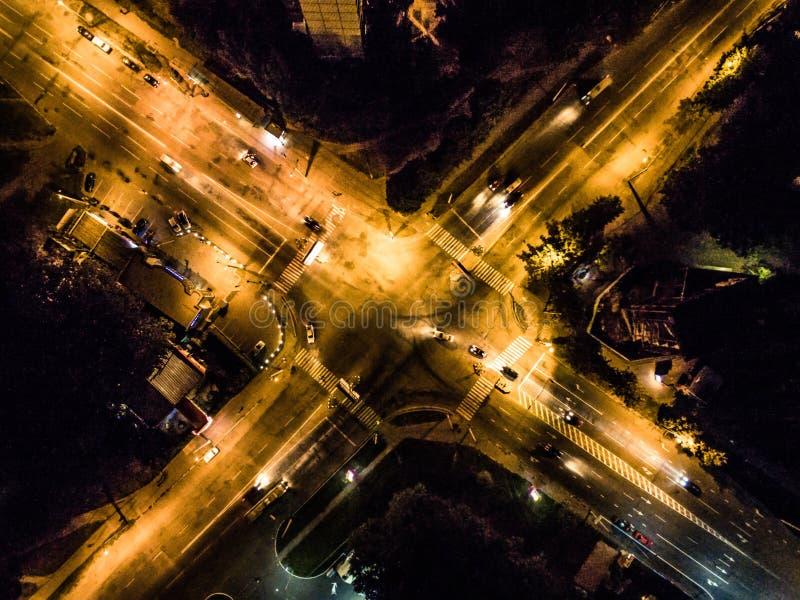Noc iluminujący miasta rozdroże obrazy royalty free