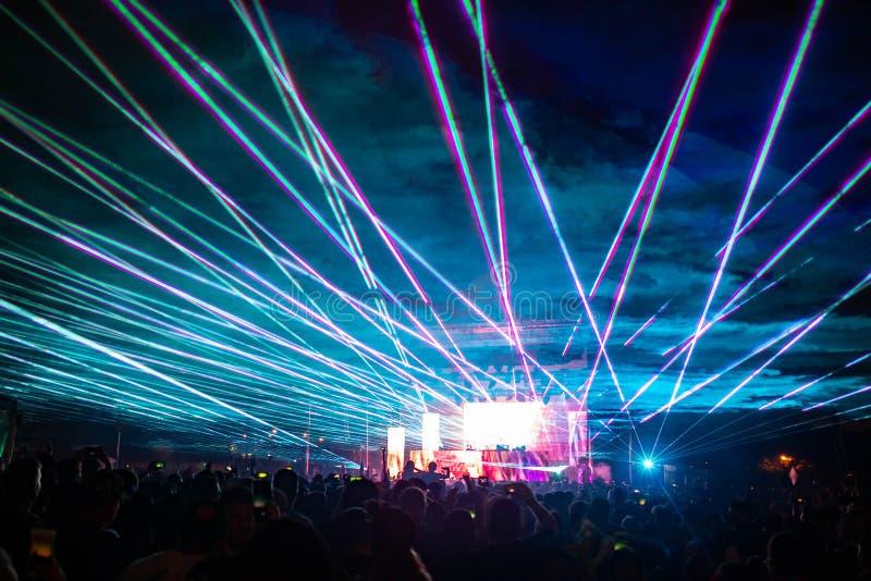 Noc koncert zaświeca przy festiwalem z laserami obraz stock