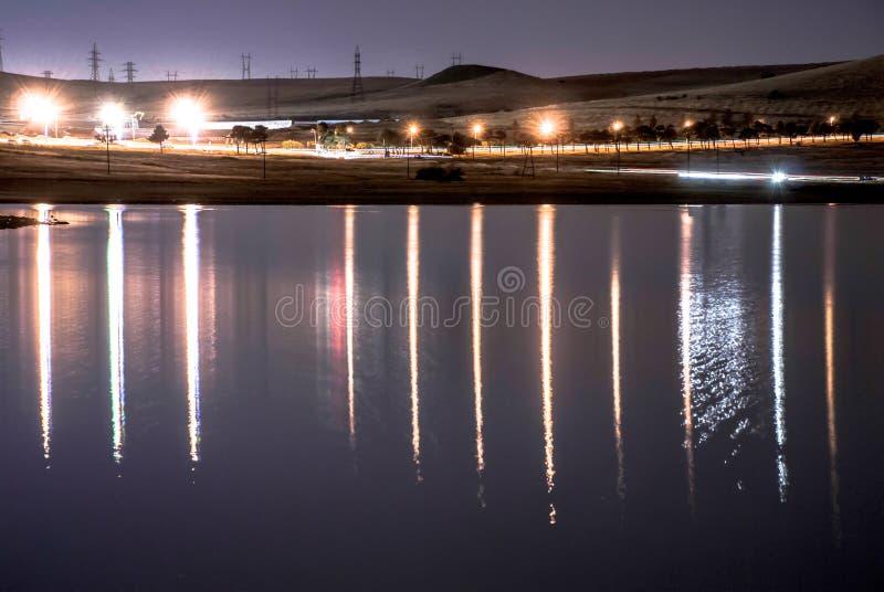 Noc krajobraz: lekcy odbicia na wodzie obraz royalty free