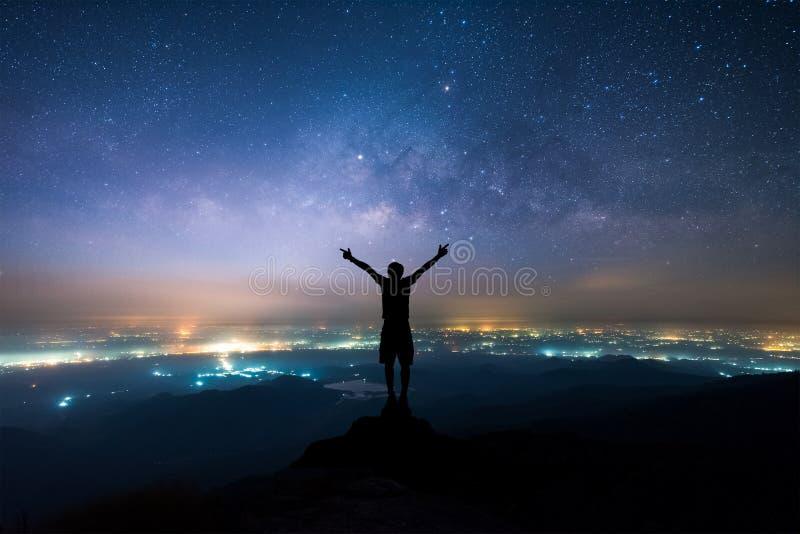 Noc krajobraz Milky sposób nad światło wieś teren obraz royalty free