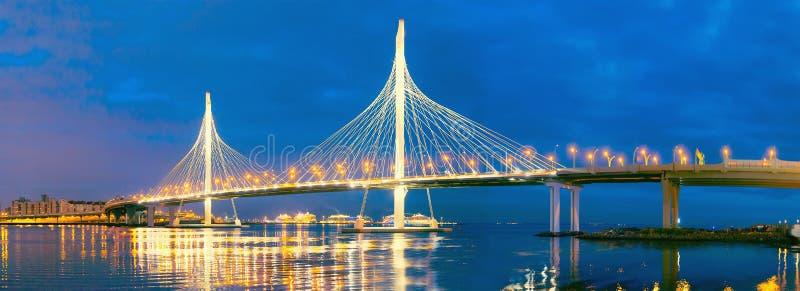 Noc krajobraz: most z Środkowej części szybkościową autostradą Zachodnia szybkościowa średnica WHSD, WHSD nad Neva zatoką n obrazy stock
