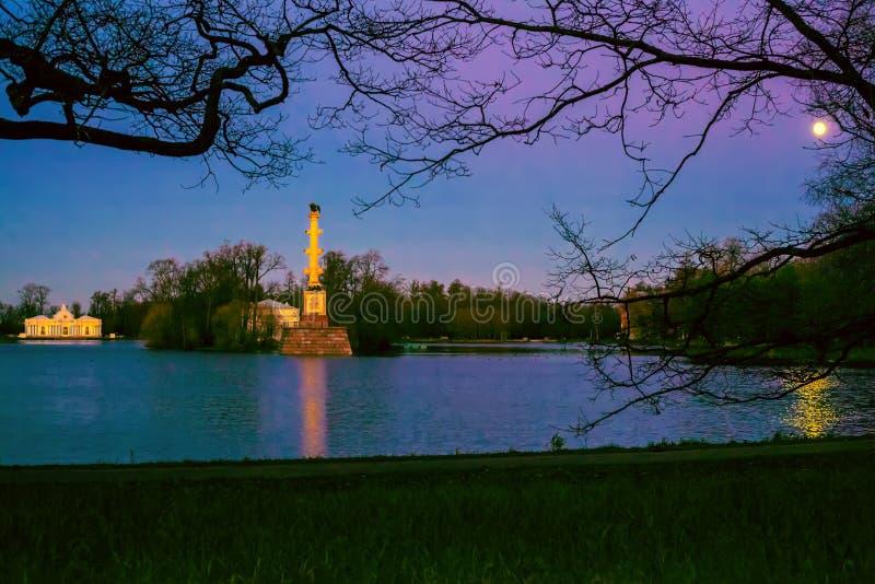 Noc krajobraz w Tsarskoye Selo miasteczko przegapia Dużego staw Chesmensky kolumnę i pawilon grotę w Pushkin, zdjęcia royalty free