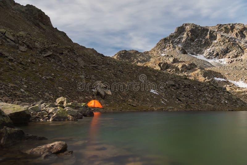 Noc krajobraz wysokiej góry jezioro pod blaskiem księżyca fotografia stock