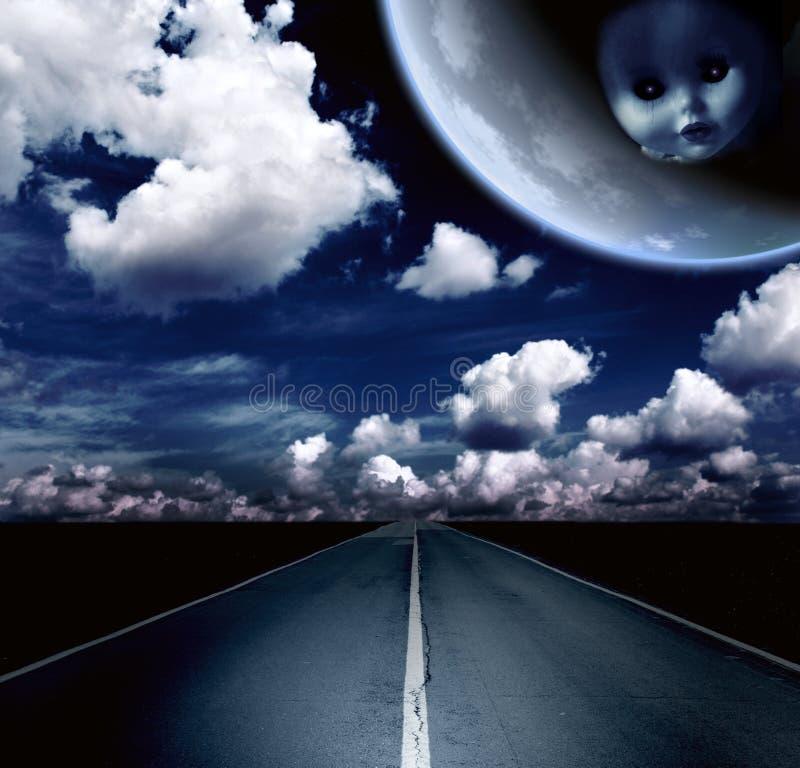 Noc krajobraz z drogą, chmurami i księżyc, zdjęcie stock