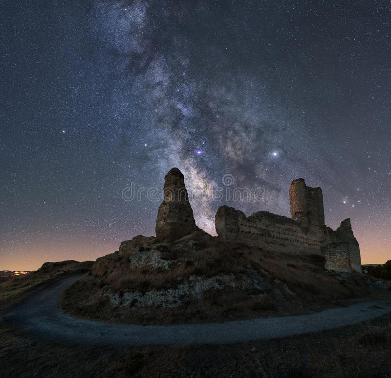 Noc krajobraz z drogą mleczną nad starym kasztelem zdjęcie royalty free
