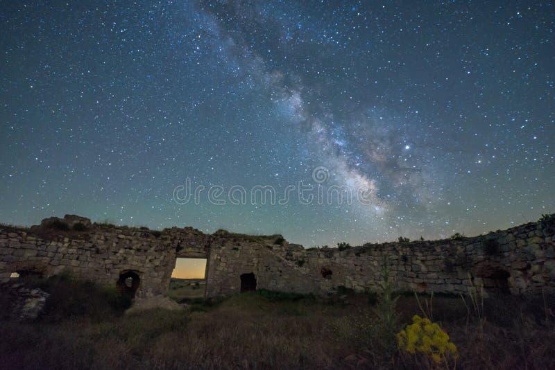 Noc krajobraz z drogą mleczną nad starym kasztelem obrazy stock