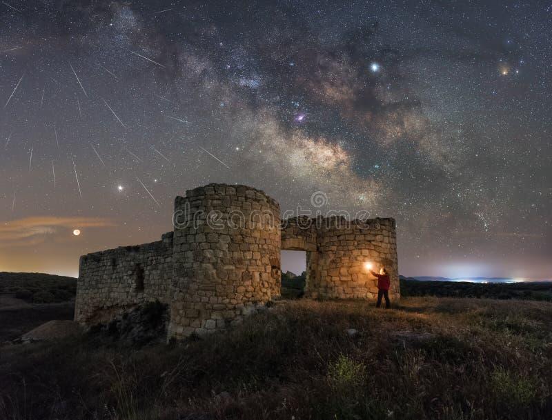 Noc krajobraz z drogą mleczną nad starym kasztelem obrazy royalty free