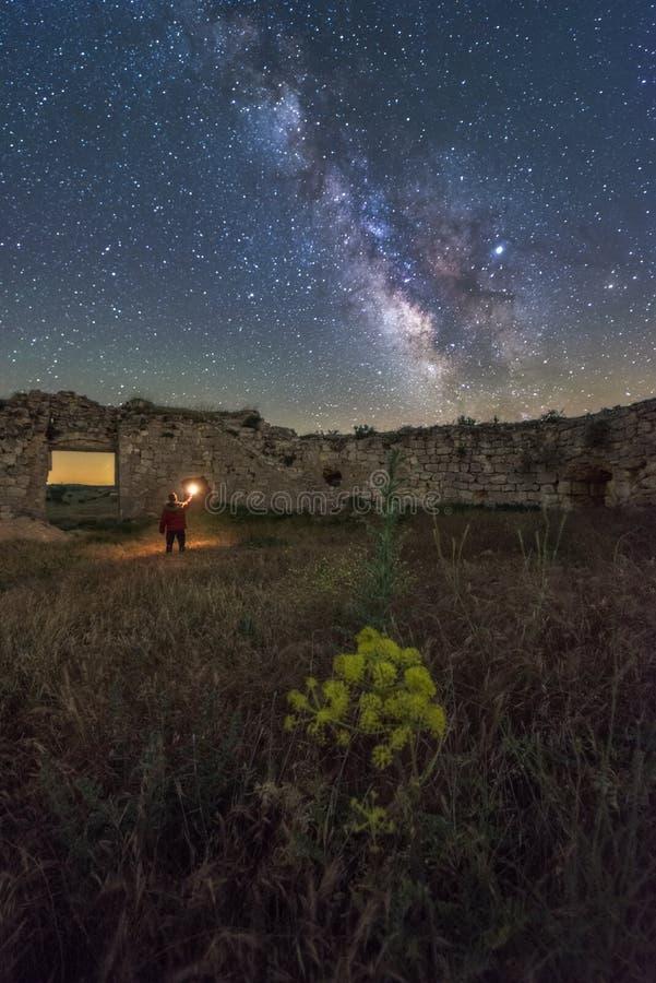 Noc krajobraz z drogą mleczną nad starym kasztelem fotografia stock