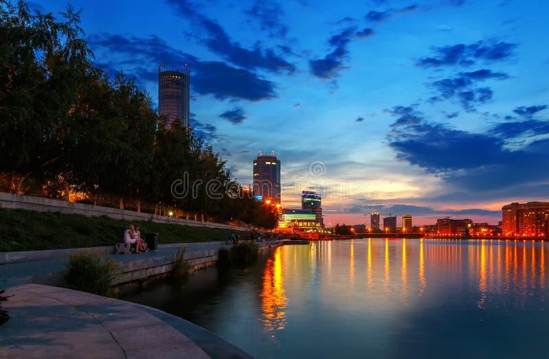 Noc nad centrum miasta i lata stawem Yekaterinburg obrazy stock