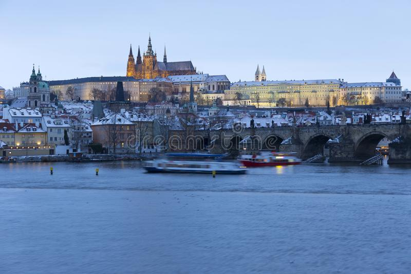 Noc ?nie?ny Praga Lesser miasteczko z katedr? i Charles most gothic kasztelu, St Nicholas, republika czech fotografia royalty free