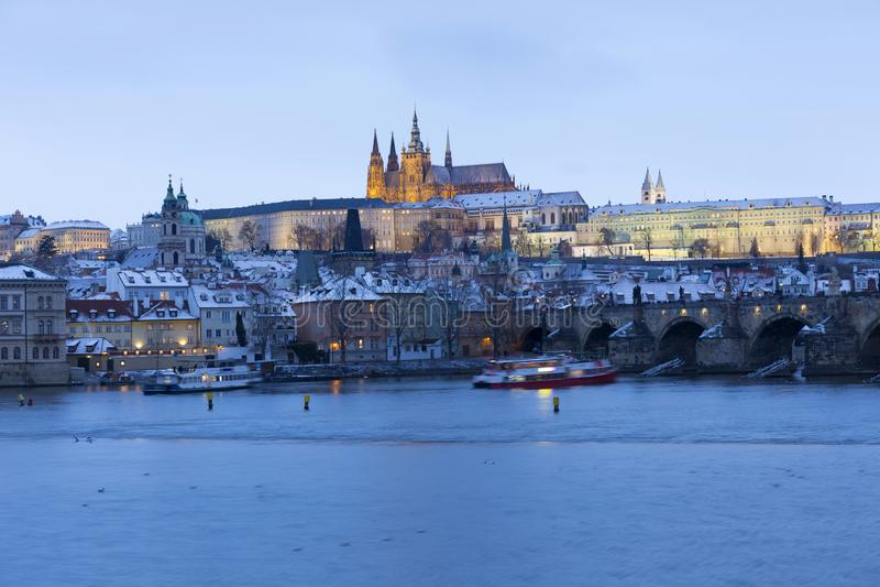 Noc ?nie?ny Praga Lesser miasteczko z katedr? i Charles most gothic kasztelu, St Nicholas, republika czech obrazy royalty free