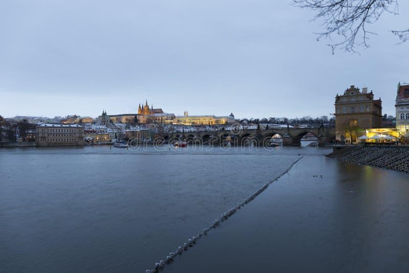 Noc ?nie?ny Praga Lesser miasteczko z katedr? i Charles most gothic kasztelu, St Nicholas, republika czech zdjęcia royalty free