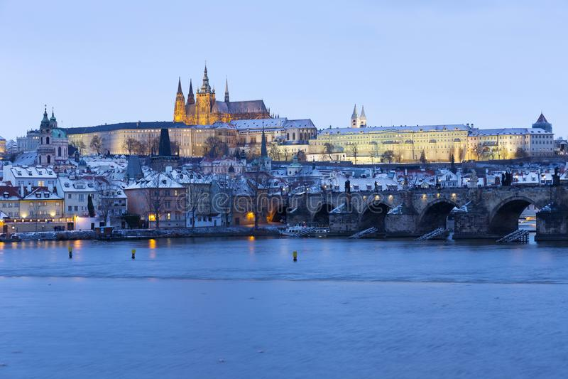 Noc ?nie?ny Praga Lesser miasteczko z katedr? i Charles most gothic kasztelu, St Nicholas, republika czech obrazy stock