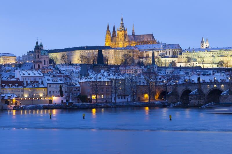 Noc ?nie?ny Praga Lesser miasteczko z katedr? i Charles most gothic kasztelu, St Nicholas, republika czech obraz stock