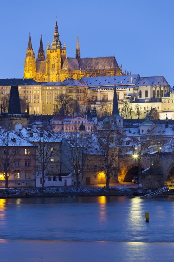 Noc ?nie?ny Praga Lesser miasteczko z katedr? i Charles most gothic kasztelu, St Nicholas, republika czech fotografia stock