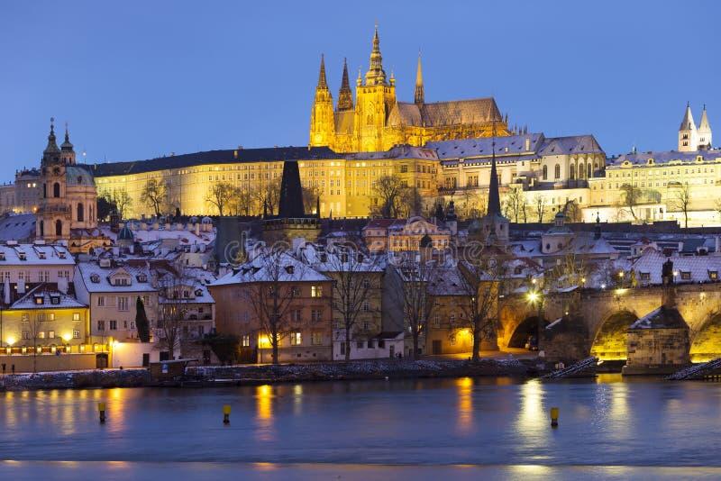 Noc ?nie?ny Praga Lesser miasteczko z katedr? i Charles most gothic kasztelu, St Nicholas, republika czech zdjęcie stock