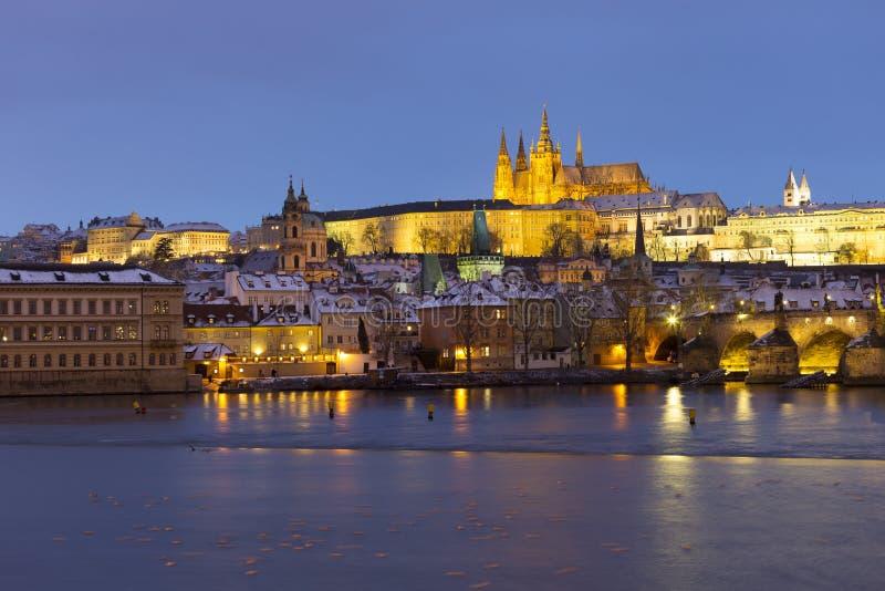 Noc ?nie?ny Praga Lesser miasteczko z katedr? i Charles most gothic kasztelu, St Nicholas, republika czech zdjęcia stock