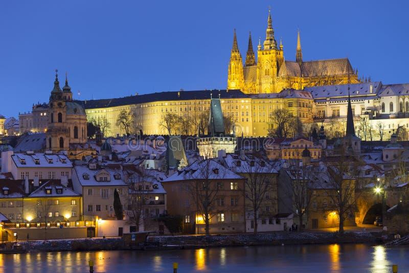 Noc ?nie?ny Praga Lesser miasteczko z katedr? i Charles most gothic kasztelu, St Nicholas, republika czech obraz royalty free