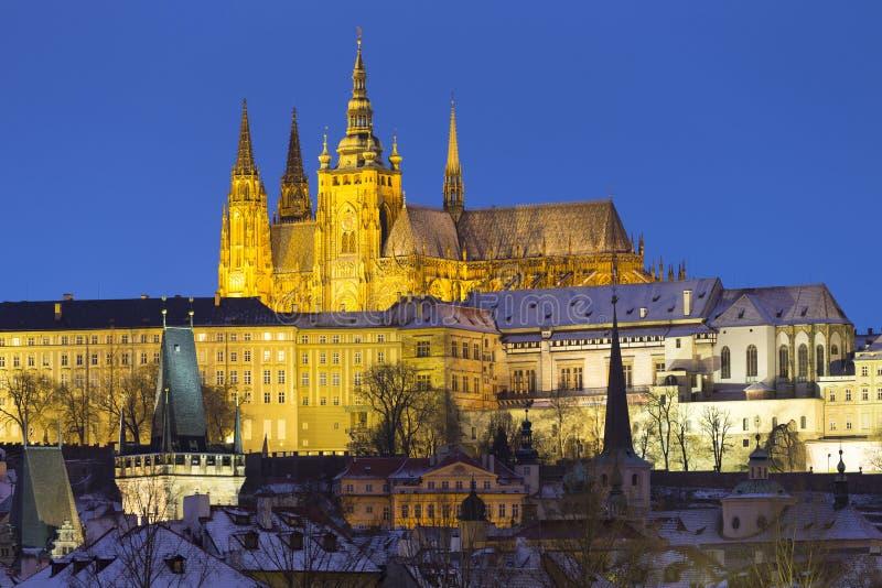 Noc ?nie?ny Praga Lesser miasteczko z katedr? i Charles most gothic kasztelu, St Nicholas, republika czech zdjęcie royalty free