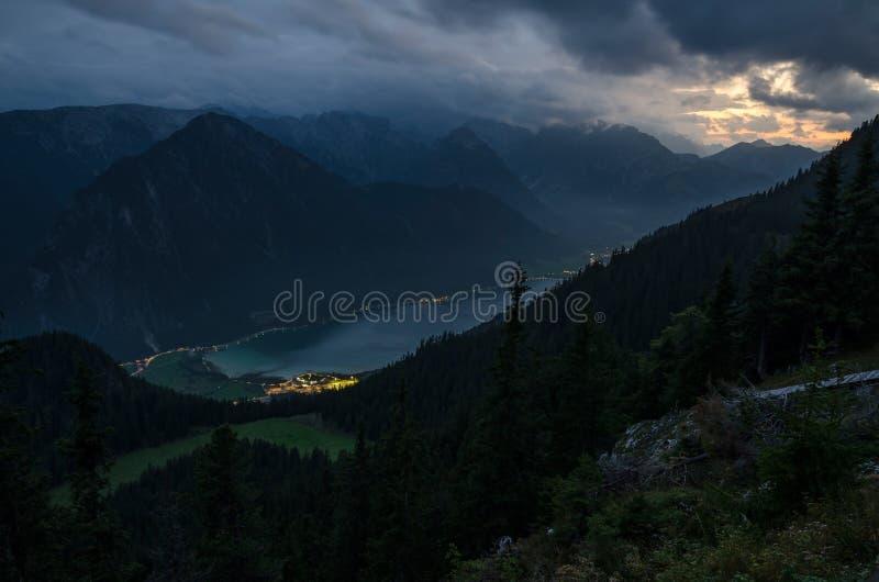 Noc obrazek Achen jezioro z dramatycznym chmurnym niebem Brandenberg Alps, Austria, Europa zdjęcia stock