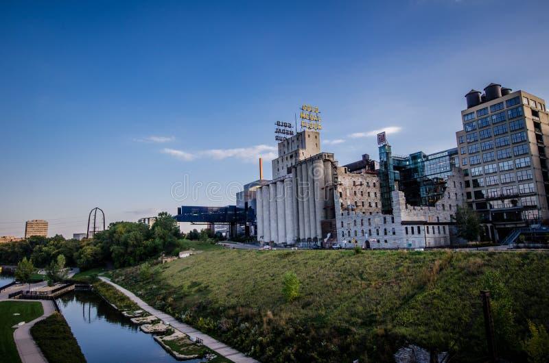 Noc półmroku zmierzchu widok młyn ruin park wzdłuż rzeki mississippi w W centrum Minneapolis zdjęcia stock