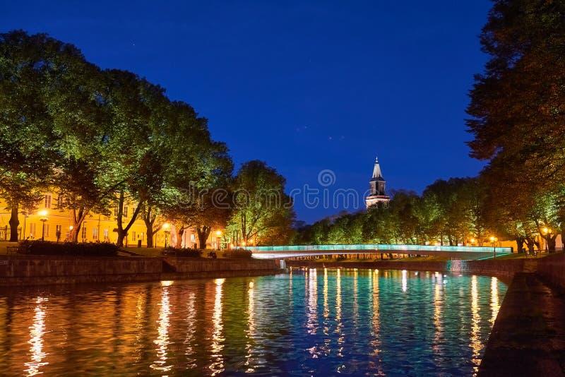 Noc panoramiczny widok aury rzeka w Turku, Finlandia obrazy stock