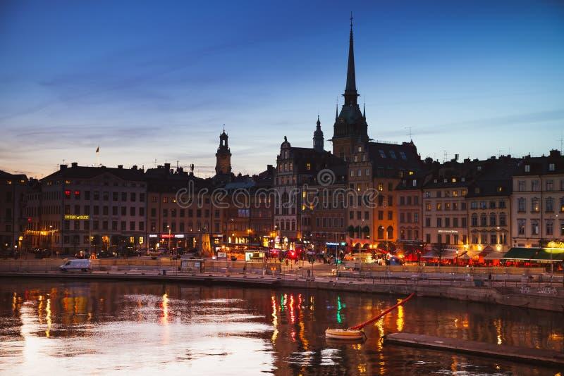 Noc pejzaż miejski Gamla Stan, Sztokholm zdjęcia royalty free