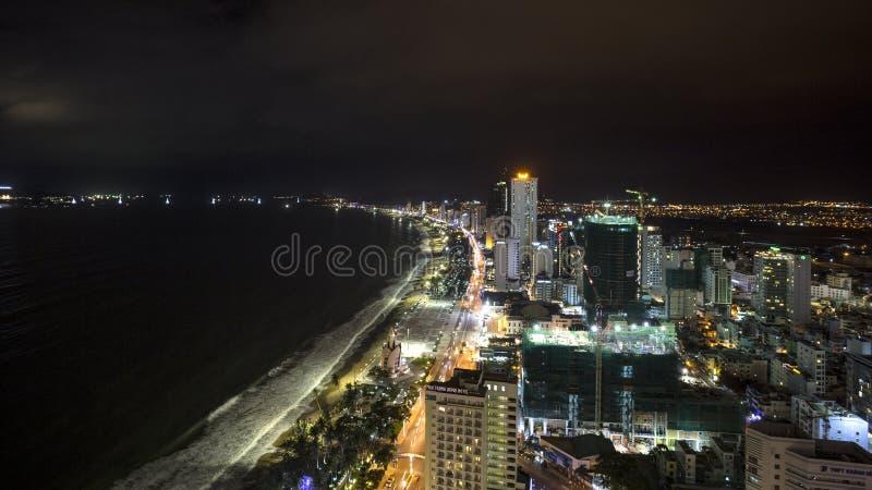 Noc pejzaż miejski Nha Trang miasto, Wietnam od dachu zdjęcie stock