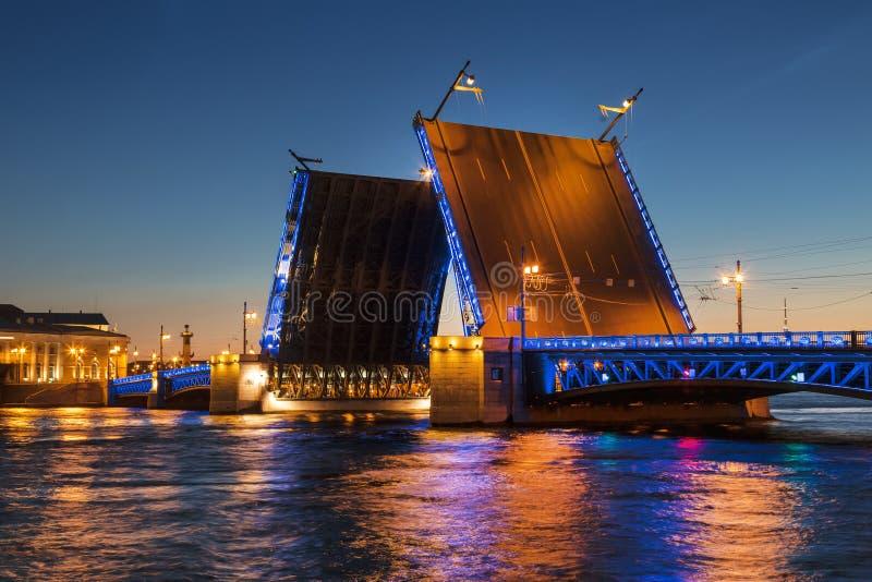 noc Petersburg st biel rozwiedziony mosta pałac obrazy stock