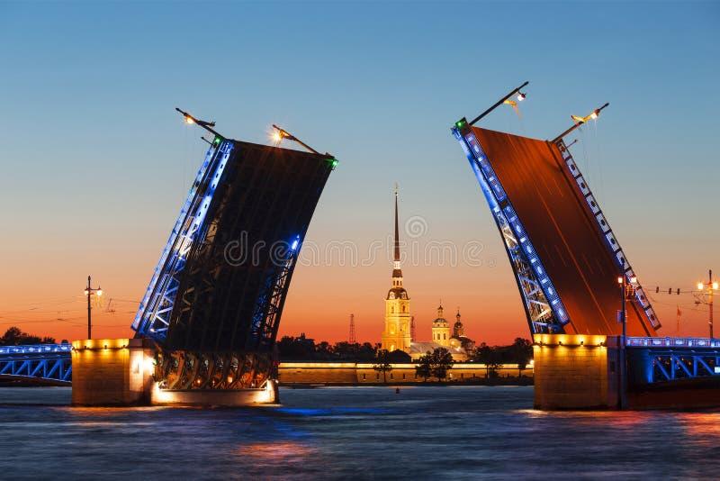 noc Petersburg st biel rozwiedziony mosta pałac zdjęcia stock