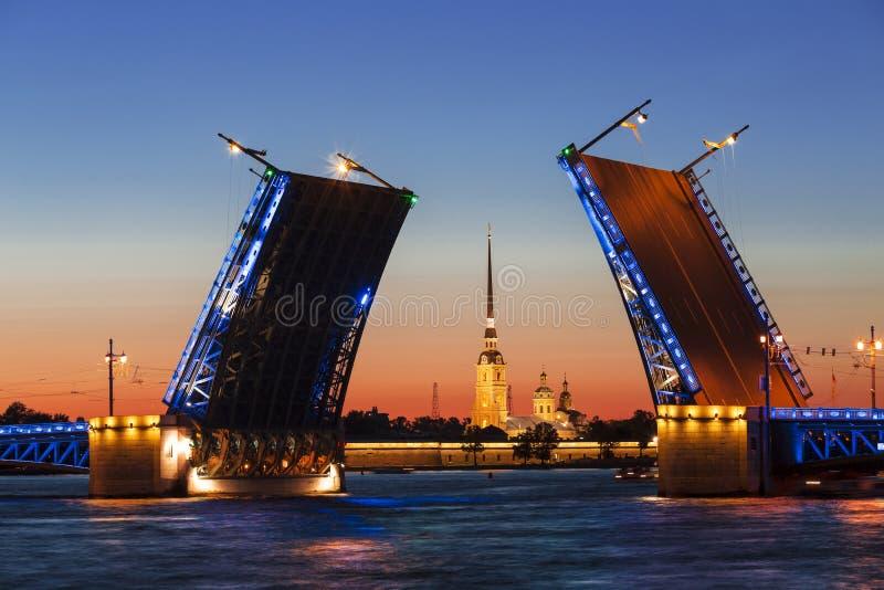 noc Petersburg st biel rozwiedziony mosta pałac zdjęcia royalty free