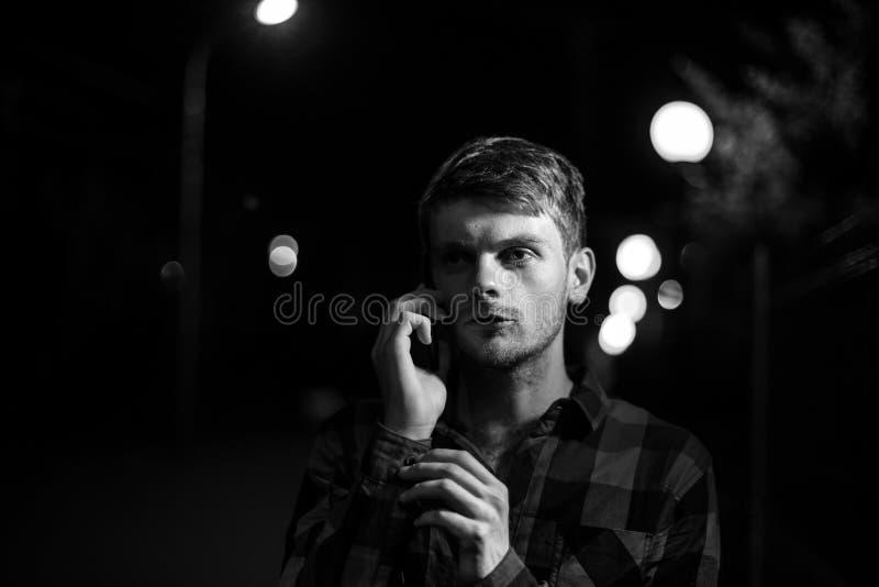 Noc portret modnisia mężczyzna obrazy stock