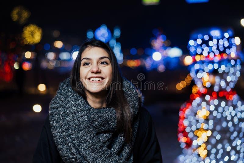 Noc portret piękna brunetki kobieta ono uśmiecha się cieszący się zimę w parku Zimy radość chłopiec wakacji lay śniegu zima pozyt zdjęcia stock