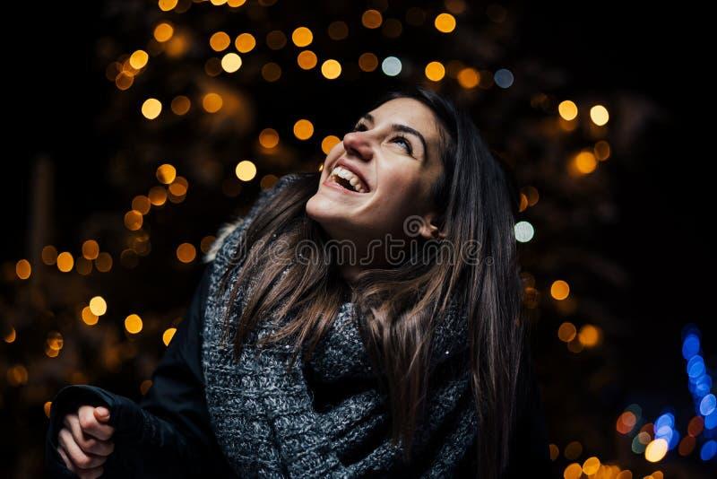 Noc portret piękna brunetki kobieta ono uśmiecha się cieszący się zimę w parku Zimy radość chłopiec wakacji lay śniegu zima pozyt zdjęcia royalty free