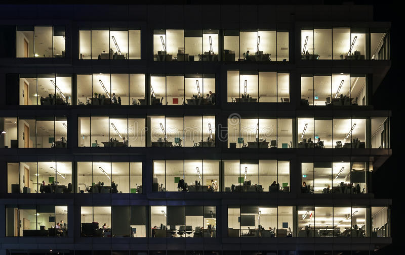 Noc - praca w Biurowym bloku zdjęcie stock