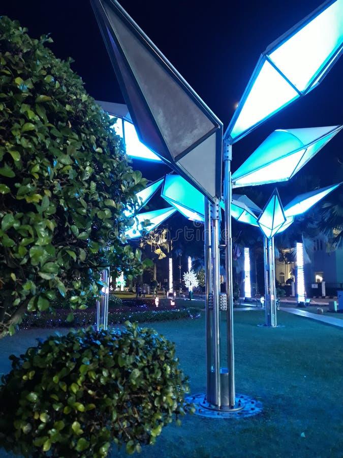 Noc przy futurystycznym ogródem MBJB zdjęcia royalty free