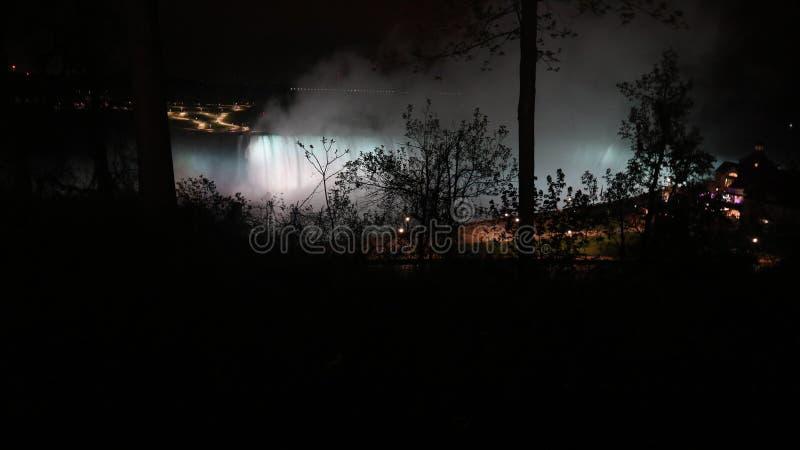 Noc przy Niagara spadkami zdjęcia stock