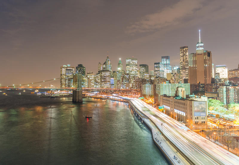 Noc ruch drogowy na FDR przejażdżce jak widzieć od Manhattan mosta, Nowy Yo fotografia royalty free