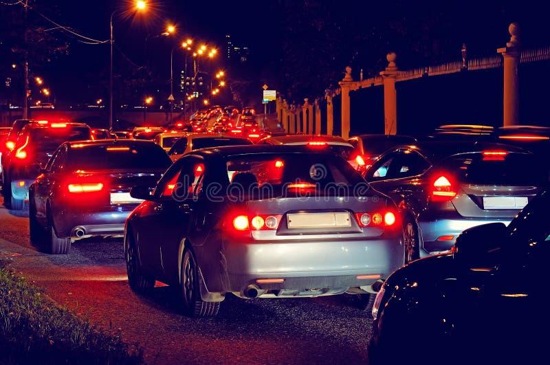Noc ruchu drogowego dżem na miasto ulicie obraz stock