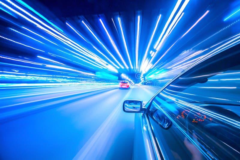 Noc samochód i neonowi światła obraz stock